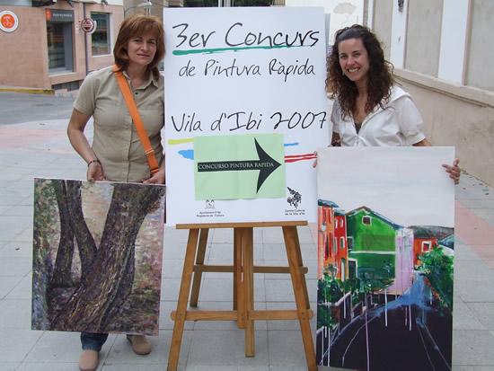María y Clara antes de entregar sus obras de arte